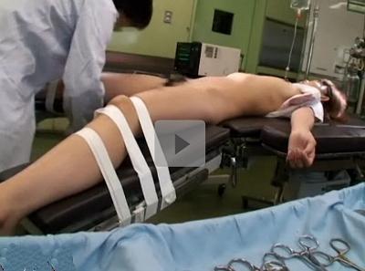 【昏睡レイプ】悪徳医師が卑劣な職権乱用 患者を眠らせ手術台に固定して開脚 手コキ後挿入中出しされたJK