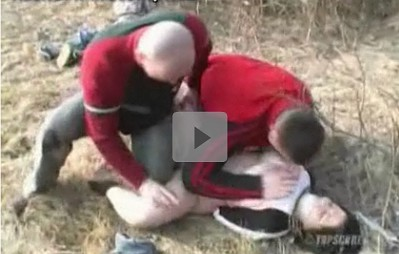 【彼の目の前で】ぽっちゃりした外人女性が男二人に後ろ手に縛られ口にガムテープを貼られて凌辱される デカパイを舐め回され、男の上に跨がされて突き上げられた ★無修正