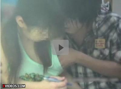 【家庭教師レイプ動画】教え子を凌辱する悪徳家庭教師 勉強を教えながら密着しタンクトップの脇から指を入れて胸を触り・・・机の上で少女を犯す