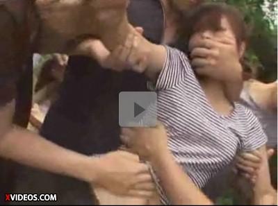 【若妻輪姦】乳母車を押す女性を大勢で犯す 何本もの手が凌辱 あっという間に剝かれ辱めを受ける乳飲み子の母親