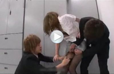 【同僚輪姦】SEXしている映像が流出し、同僚社員にレイプされる人妻で巨乳の美人OL パンストを破ってしゃぶらせ串刺し