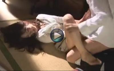 【夫と息子の目の前で】微乳で美人の団地妻が輪姦 昼寝中に隣の受験生が押し込みレイプ 処理してあげるから挿れるのはやめて しかしそれではすまなかった悲劇