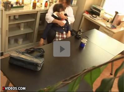 【隠撮JK昏睡レイプ】悪徳校医が女子校生にありえない猥褻行為 顕微鏡を覗き込む少女にクロロホルムを嗅がせて意識を奪いバックから凌辱してビデオに収録