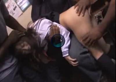 【黒人輪姦】小さいセーラー服の女子校生が3人の大柄な黒人に強姦される 頑強な男に押さえつけられ全く逃げられない 数えきれない程の中出し凌辱