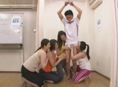 【逆レイプ】主婦たちが男性インストラクターを吊るしてチ〇ポいじめ 憧れの田淵先生が変態M男に ガマン汁が滴るソコはこねくり回されいじり回されているのに何度も勃起