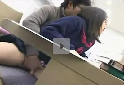 【図書館レイプ】勉強中のメガネの女子校生に近寄り猥褻行為 ショーツの中に指を深く挿しこむ痴漢 書棚の間でパイズリしてぶち込まれた後まさかの集団ぶっかけ