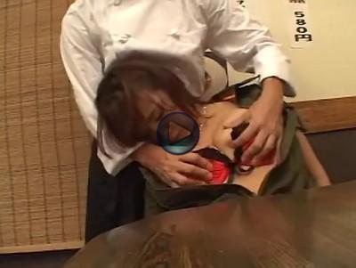 【来店客昏睡レイプ】ナイスボディのお客に睡眠薬を飲ませて眠らせ、客席でレイプ 自分のモノを握らせ乳房を揉み上げ足を開いて激しく突くと意識がなくても感じているギャル