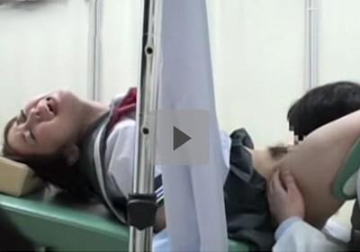 【だましレイプ】不安げな女子校生を診察台で足を開かせ犯して中出し 職権乱用の悪徳婦人科医2人