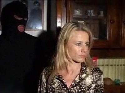【外人レイプ】侵入者に殴られ気絶 椅子に縛られた状態で目が覚めると目の前には覆面の男 ナイフで脅され強姦された外人女性 ★無修正