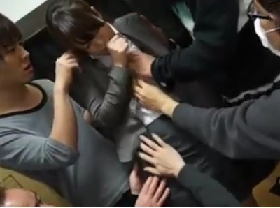 【3Pレイプ】出版社の女性が仕事で呼び出されて輪姦 車で移動中目隠しされてバイブ責め 目的地に着くと勝手にファン感謝デーと称して知らない男達に体を愛撫されて3Pへ