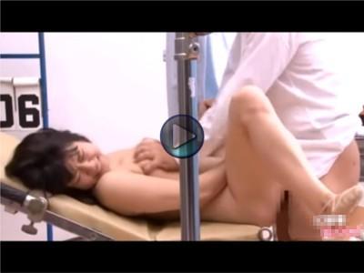 【だましレイプ】職権乱用の悪徳医師 検査という名目で少女の性器を生地の上から指でなぞり、裸にして内視鏡を入れる もう一つの内視鏡でガンガン突きまくると少女の膣からあふれ出る愛液