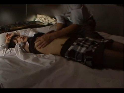 【泥酔レイプ】酔って眠ってしまった女達をホテルに運んで犯す男達 意識がないのをいいことに見ず知らずの女性の服を脱がせてキス・乳揉み・クンニ・・・そして挿入 コトが終わると何もなかった様に衣服を戻して部屋を立ち去る