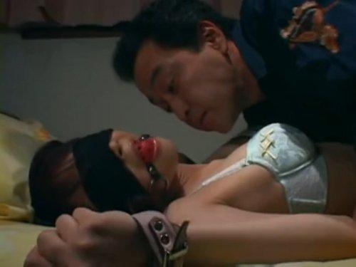 【父子近親相姦レイプ】娘の両手両足を拘束し、ナイフで脅してその肉体を貪る父親 恐怖で顔を引きつらせる娘に容赦なく肉棒をぶち込み顔射