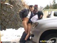 車に押し付けられて