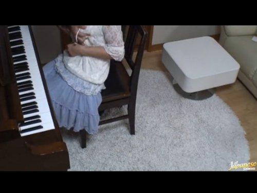 【少女レイプ】ピアノ教師が教え子の処女を奪う 鍵盤を叩く女のコを指導する手が次第に胸に伸びる 先生やめて・・すぐに終わるから力抜いて・・い、痛い そして中出し