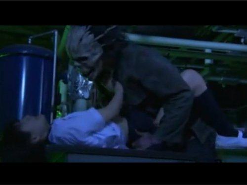 【ホラー濡れ場】女子校生がドクロ男に追いかけられ大ガマで制服を切りつけられる 恐怖に怯える娘のショーツをはぎ何十年も使っていないチ〇ポをねじ込む