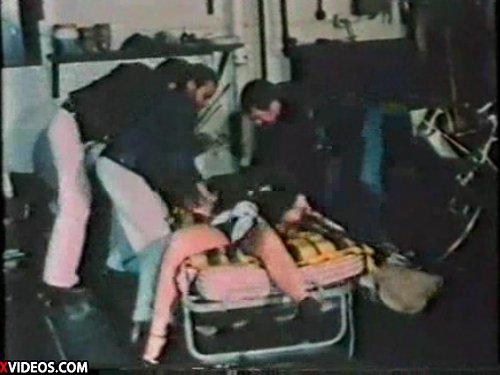 【昔の外人レイプ】女1人に男3人が群がりベッドに縛り付けて輪姦 口にガムテープを貼りナイフで脅して思い切りねじ込む 3穴挿入でラストは3人でぶっかけ ★無修正