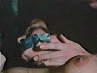 口にガムテープを貼られた女性