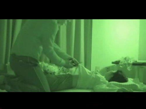 【兄妹相姦レイプ】夜中に病室に忍び込み入院中の妹を襲う兄 薄明りの中で寝ている妹のパジャマにハサミを入れ犯している自分を撮影する 泣き出す妹に中出し