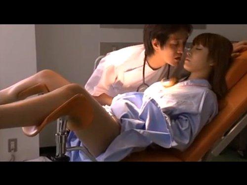 【夫の目の前で】不妊治療に来た若妻を眠らせクスコで開いたところへ自分の精子を流し込む悪徳医師 2人のドクターに犯され夫に隠して耐えてきたのに最悪の方向へ