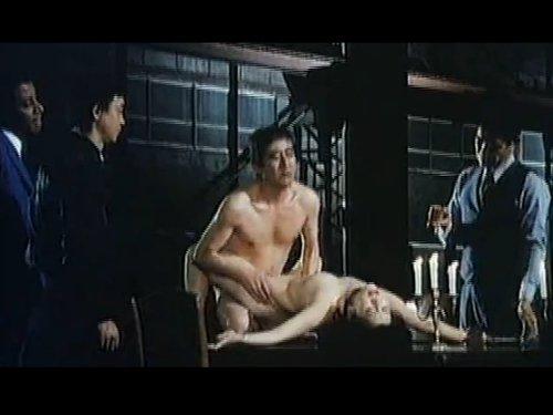 【濡れ場】裸の女の両手を拘束しテーブルの上で輪姦 犯しながら欲情のツボに針を刺される女 客人らに振舞われ外人によるアナルレイプで絶叫