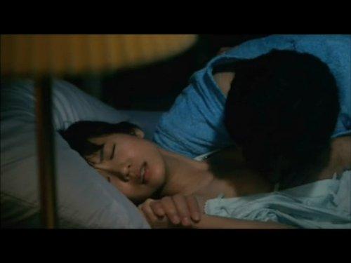 【女優の濡れ場】愛人の娘を夜這いする中年男 母親似で美しく若い娘の処女が欲しくてたまらない キスをしながら手を抑えてブラに手を掛けると微かにイヤと首を振る娘