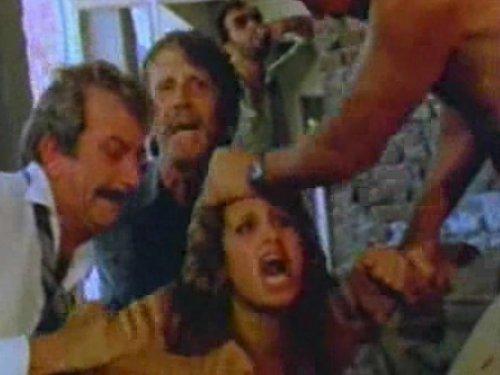 【外人濡れ場】4人の男に乱暴された人妻 廃屋の中に担ぎ込まれて必死で抵抗すると殴られ代わる代わる何度も挿入 アナルも犯され絶叫