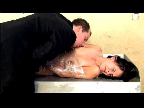 【洋物囚人レイプ】全裸でラップに巻かれ身動き出来ない状態にされて強姦 看守の手引きで刑務所内に入り、囚人女性を犯すスーツの男 ★無修正