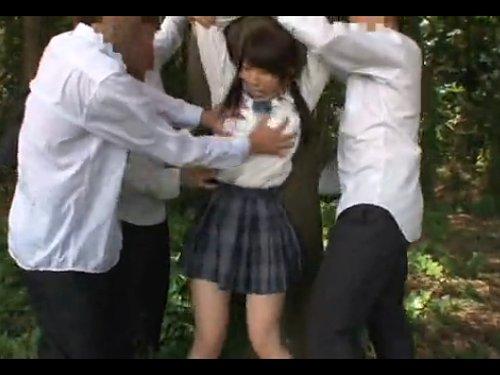【野外輪姦】野外で複数の男子生徒に襲われた女子校生 下着をはぎ取られ、股間に無理やり顔を押し付けられた少女 口を塞がれてレイプ