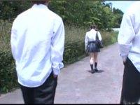少女の背後を狙う男子たち