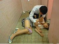 公衆便所で寝てしまった女性