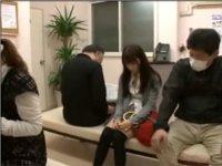 病院の待合室で痴漢に狙われた女性