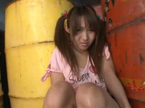 【ロリ系監禁レイプ】倉庫に監禁され手錠をハメられた小柄な女のコが、泣き叫びながら大柄なオヤジに犯され中出し 剥されたイチゴのパンツ
