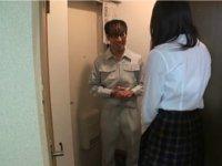 管理人と言われ、すぐにドアを開ける娘