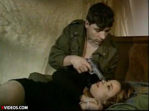 【外人レイプ】女性の両手両足を縛り銃で脅してベッドで犯す 尻を叩いてショーツを剥し拳銃で穴をかき回した後自分のドリルをアナルにも挿入 ★無修正