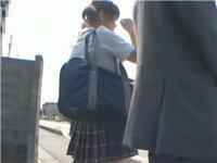 バスを待つ少女