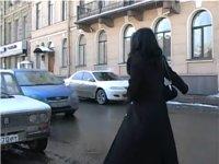 ヒッチハイクする女性