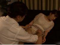 催眠術がかかった娘の洋服をたくしあげる