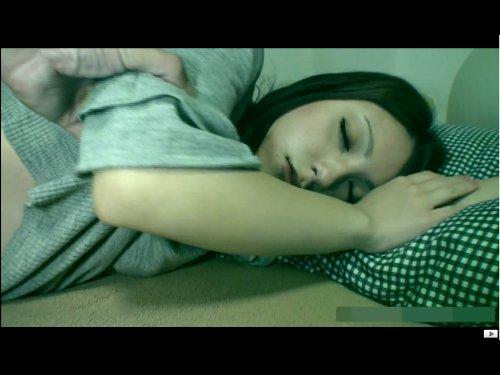 【昏睡レイプ】就活中のきれいな大学生が睡眠薬を入られて…車で送ってもらう途中で薬が効いて意識を失う 部屋に連れ込まれて犯された ★無修正