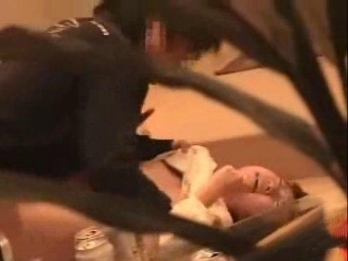 【姉妹レイプ】楽しく飲んでいたのに、いきなり男が豹変 妹に襲い掛かる姉の彼氏 止めに入った姉に足蹴り 嫌がる妹をソファーに押し付け無理やり挿入