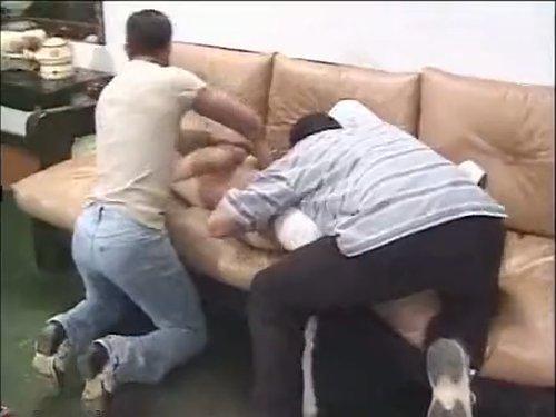 【外人レイプ】突然銃を持った覆面の男達が押し入り女性を輪姦 押さえつけられ衣服をはぎとられソファーで殴られて気絶 目覚めた時にはハメられていた ★無修正