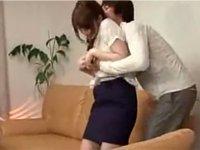 同僚の妻をソファーに押し倒そうとする