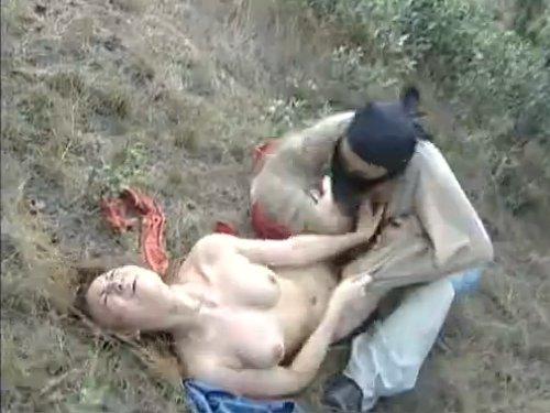 【濡れ場/洋物】野外で覆面をした男に襲われた女性 悲鳴を上げても誰にも聞こえない場所で、衣服をはぎとられ強姦されてしまった