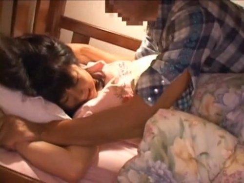 【少女夜這い】母親が出かけたのを見計らって、合鍵を使って侵入 二段ベッドで寝ている少女を襲う 目が覚めるとそこに男が!口を塞がれて…