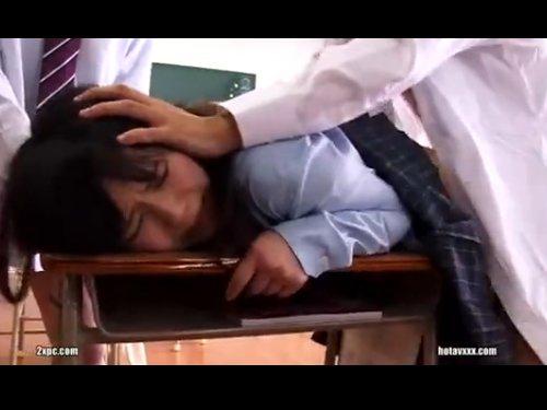 【女子校生輪姦】教室で大勢の生徒に囲まれておさえつけられ、上下の口に何本も何本も出し入れされる可哀想なJK 笑いながら美少女を犯す残忍さ