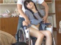 車椅子の少女の服に手を掛ける