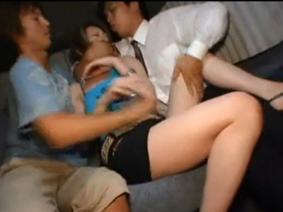 【拉致強姦】街行くギャルに狙いを定めワゴン車に無理やり乗せてレイプ 見知らぬ男二人に突然襲われた女性は口を塞がれ両側から押さえつけられて犯された