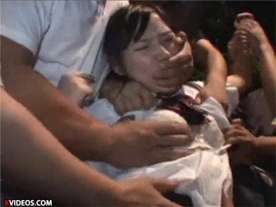 【女子校生輪姦】道端で突然フェンス脇に連れ込まれ、大勢に押さえつけられて犯される3人の少女達 口を塞がれ両手の自由を奪われ絶体絶命