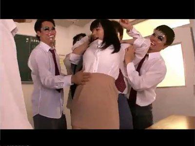 【春菜はな】男子校の生徒らによる女教師鬼畜輪姦 辛い過去が再び繰り返される ゲームの為だけに服を引きはがされ下着もむしり取られ犯される爆乳の先生