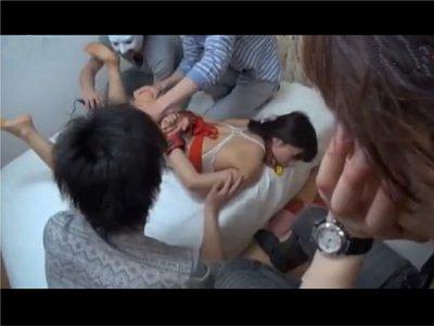 【だましレイプ】自分のカノジョに断りもなく、4P撮影を快諾 突然見知らぬ男3人に体をまさぐられイかされた二人の女 自分の女の反応をじっと傍で見つめる彼氏
